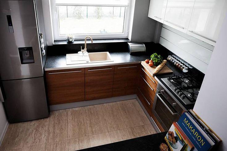 """Kuchnia w kształcie litery """"L"""" subtelnie oddzielona od pozostałych pomieszczeń, mająca jednak charakter otwarty, widoczna z pokoju dziennego. Bardzo ergonomicznie urządzona, minimalistyczna.  Projekt i realizacja MEBLE MERDA Twoje wnętrze, Twój charakter www.meblemerda.pl #meblekuchenne #wnetrza #kuchnie #meble #design"""