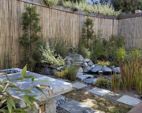 jardin japonais avec étang, rochers et brise-vue en bambou