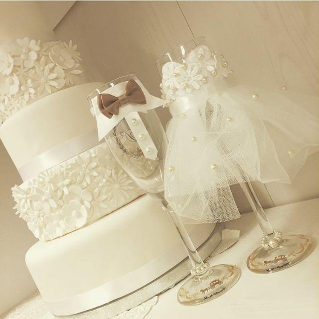 * グラスドレスをご存知ですか? * 結婚式で使う新郎新婦の シャンパン用のグラスを デコレーションするアイテムのこと♡ * 乾杯に使うだけでなく フォトプロップスを入れたり ウェルカムスペースに 飾っても素敵♪ * 自分達の衣装に似せて作るのも お勧めです。 * * #TIG #tigdress #weddig #bridal #TIGドレス#ウエディング#ウエディングドレス#ドレス#結婚式#ブライダル#花嫁#プレ花嫁#ドレスサロン#チュール#フラワー#レンタルドレス#ドレスレンタル#ドレス試着#カラードレス#二次会#二次会ドレス#タキシード#色打掛#和装#ウェディングドレス#結婚式準備#結婚式準備中#紋付袴#ドレス選び #グラスドレス