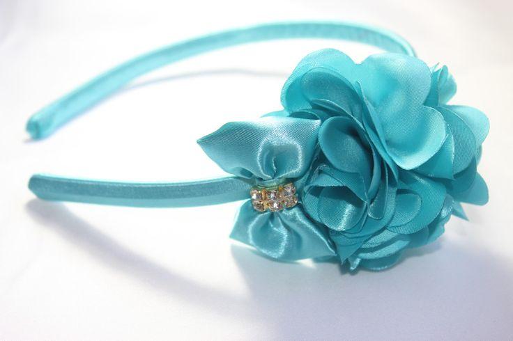 Tiara de Plastico inquebravel levissíma encapada com cetim (não machuca) com bouquet 3 flores de cetim na cor azul turqueza, linda!