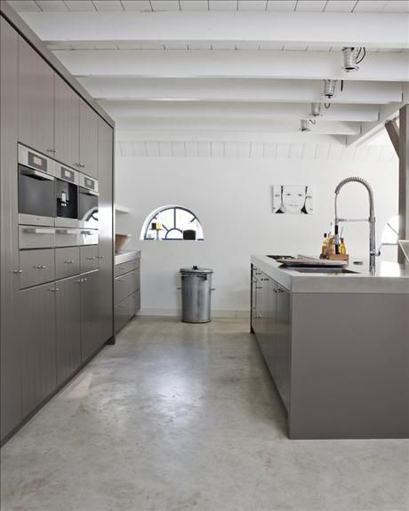 Contemporary kitchen with a professional style kitchen tap. Good to integrate microwave n as many gadgets as pos
