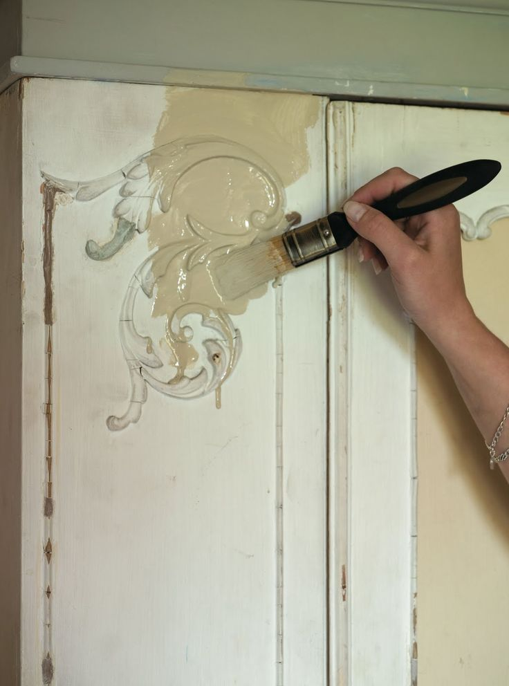 Step by step instructions for how to use chalk paint and wax.  Great tips!