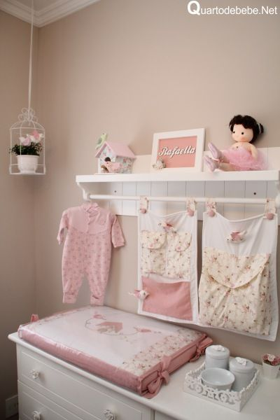 Quarto de bebê com enxoval rosa de passarinhos