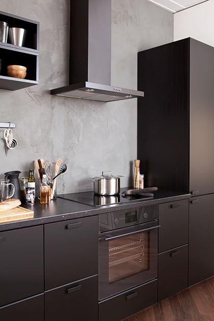 Deel je keuken op een slimme manier in | IKEA IKEAnl IKEAnederland inspiratie wooninspiratie interieur wooninterieur duurzaam pet recycling koken eten diner zwart antraciet KUNGSBACKA METOD veelzijdig tips