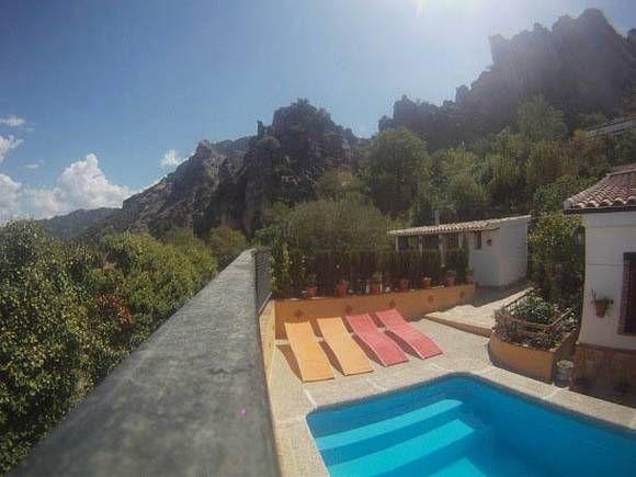 JAÉN, IRUELA. Alojamiento rural casa rural la Atalaya. Dispone de tres dormitorios, salón con cocina americana y chimenea, baño y amplio terreno cercado arbolado, con jardines, #piscina, #barbacoa y cenador #mirador. Rodeado de un entorno natural de sierra y #montaña donde poder pasar unos días de descanso y tranquilidad. A 5 minutos andando del pueblo y a 1 Km. de #Cazorla.  #Jaén #Iruela #Casas_barbacoa_Jaén