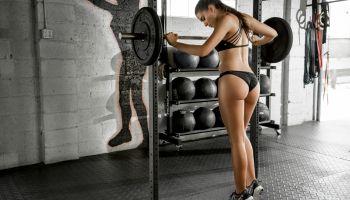 Спортивная стройная девушка возле снаряда
