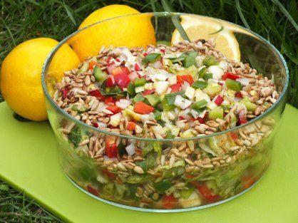 Zielona sałatka z rzodkiewką i gruszką do potraw z grilla