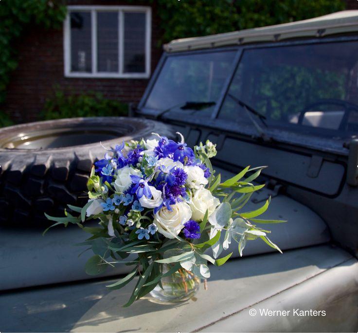 Lekker luchtig en bohemian-achtig bruidsboeket in gave blauwe tinten - Bohemian-like bridal bouquet containing awsome blue flowers #bruidsboeket #bridalbouquet #weddingflowers #blauw #blue #bruidsbloemen #bruiloft #wedding #bohemian #flowers #weddingbouquet #landrover