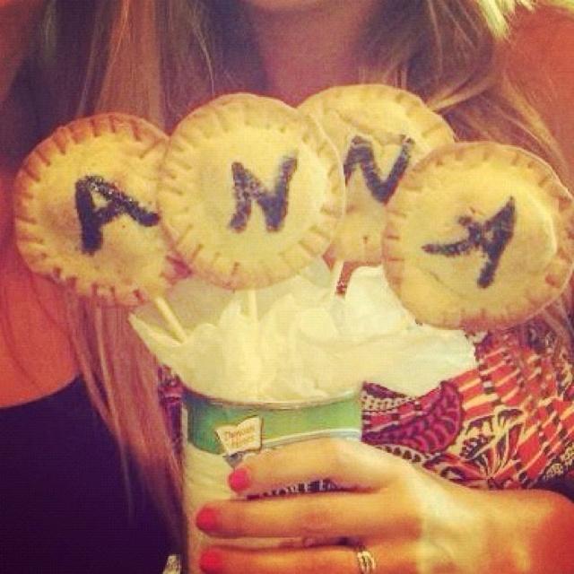 Apple Pie pops arranged in the pie filling can make a super cute bouquet!