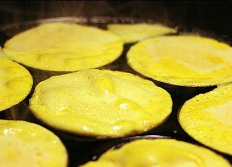 Har man bara ett plättlagg kan man göra plättar av i stort sett vad som helst. Här är ett recept med ägg, turkisk yoghurt och gurkmeja. Men vill du så kan du go nuts och dra i lite finriven rotfrukt, keso, mögelost, havremjölk, bär, broccoli eller vaniljpulver. Jo men visst serrö! Det är bara at
