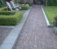 Jaren30woningen.nl | Mooie bestrating passend bij een tuin van een #jaren30 woning