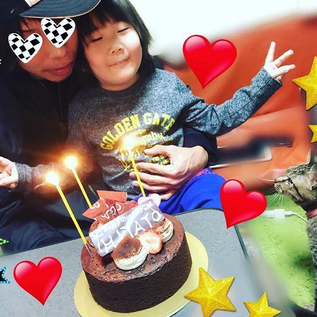連投失礼しますm(_ _)m  先日 22日はパパの誕生日でした。 息子と 愛猫トラとお祝いしました! わたしも 月は違いますが 22日時生まれです。 ちなみに息子は21日で みんな近いな~笑  息子はパパが大好きです(^^) まるで 自分の誕生日のような写真ですが…  パパもやっと33歳です! 良い一年になりますように✨  #パパ #誕生日 #33歳 #誕生日ケーキ #息子 #5歳 #男の子 #男の子ママ #親バカ部 #愛猫 #猫バカ部 #猫大好き #トラ猫