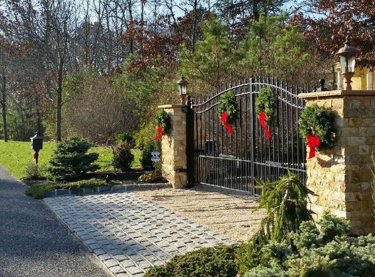 Best 25+ Driveway gate ideas on Pinterest   Fence doors ...