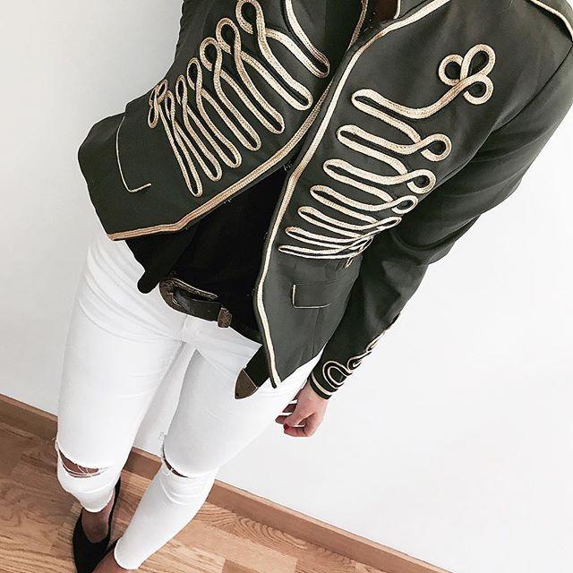 Hola holaaa!!  Hoy la protagonista del look es esta chaqueta bruuutal de @be_amazing_shop  Zapatos @lolitablushoes  Pantalón @armonias_official  Cinturón @primark