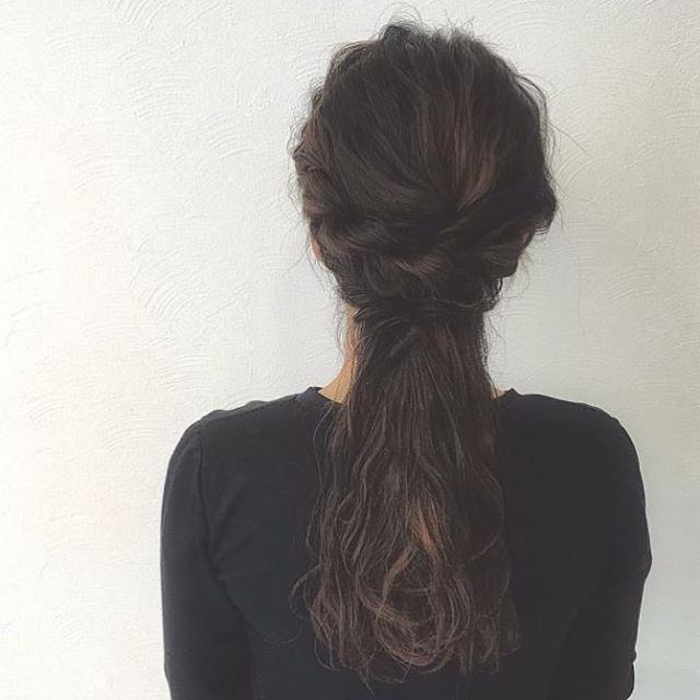今回ご紹介するのは @sakuramurasuke さんのヘアアレンジ。 普段のダウンスタイルに可愛さをプラスするなら 顔周りだけ編み込んでポニーテールのようにまとめてみて。  #regram #locari #locari_hair #ロカリ #ロカリヘア #ヘア  #ヘアスタイル #ヘアカラー #ヘアアレンジ  #ポニーテールアレンジ #まとめ髪 #hair #hairarrange #haircolor #hairstyle