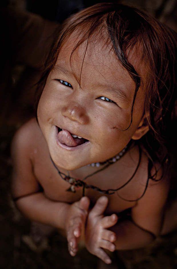 Les grimaces d'une jeune HmongÀ quelques kilomètres de Mèo Vạc, nous croisons un groupe d'enfants hmong sur le bord de la route. Ils vivent dans des petits villages situés dans les montagnes. Lorsque je me suis approché d'elle pour la photographier, cette jeune Vietnamienne s'est lancée dans un concours de grimaces devant l'appareil.