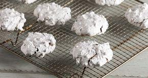 Εύκολα και γρήγορα μπισκότα από τον Άκη Πετρετζίκη. Νόστιμα μπισκότα μαρέγκας με αμύγδαλα και σοκολάτα χωρίς γλουτένη ιδανική για παιδιά αλλά και για μεγάλους!