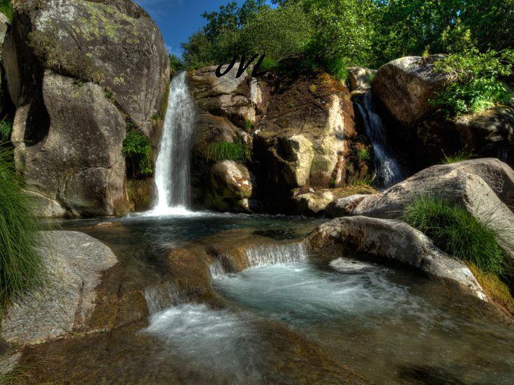 Ubicada en pleno corazón da Costa da Morte, en el ayuntamiento de Mazaricos, nos encontramos la cascada de Noveira. Se trata de un salto sobre rocas de granito, con un desnivel de unos 10m de altura, formado en el río Arcos (afluente del Xallas) a su paso por el pueblo de mismo nombre.