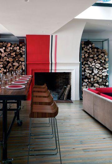 Un salon convivial grâce au bois, au rouge et  à la cheminée___Créez votre horizon_ Jedecoremonvolet.com