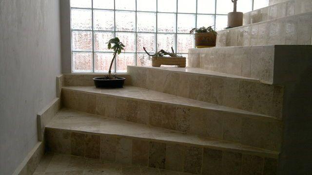El ladrillo de vidrio destaca la curva de una escalera - Escaleras de ladrillo ...