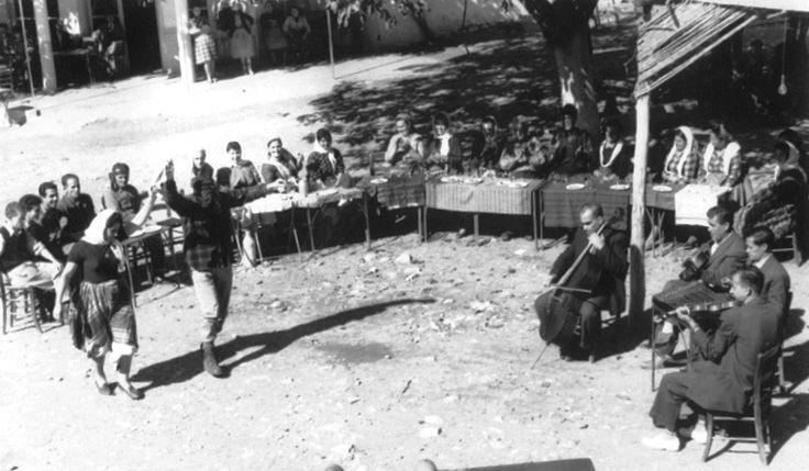 """Αγιάσος: Ευκαιρία για χορό παρέχουν και τα """"γλυτώματα"""" της ελιάς. Από το Σεπτέμβρη ως το Πάσχα σχεδόν, το χωριό ζούσε και ζει στο ρυθμό της ελιάς. Το λιομάζωμα άρχιζε το Νοέμβρη και κορυφωνόταν Γενάρη και Φλεβάρη. Την τελευταία μέρα της συγκομιδής οι γυναίκες, με έξοδα του αφεντικού, ετοίμαζαν φαγητά και γλυκά και όταν ερχόντουσαν στο κέφι με μερικά ποτηράκια κρασί, το έριχναν στο χορό, είτε στο κτήμα, είτε στην Καρήνη, τοποθεσία με πλατάνια όπου κατέληγαν όλοι οι δρόμοι του ελαιώνα."""