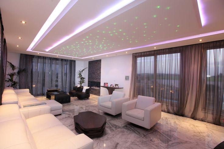 Потолок из гипсокартона в зале: 45+ вдохновляющих фото для преображения гостиной http://happymodern.ru/potolok-iz-gipsokartona-v-zale-35-foto-preobrazhaem-komnatu/ Эффект звездного неба на центральном фрагменте многоуровневого потолка. Такой эффект достигается любым из подходящих способов: с гипсокартоном или натяжными полотнами (и их комбинированием), плюс светодиодами или оптоволокном