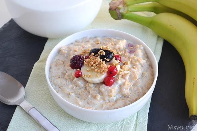 Il porridge, o pappa d'avena, è, sostanzialmente, una zuppa d'avena dolce di origine anglosassone,ed è un po' l'emblema della colazione salutare. A causa della sua consistenza, come