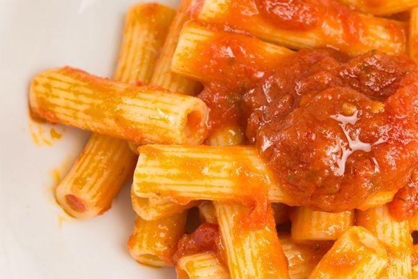 Sugo aromatizzato piccante. Un delicato #soffritto di #cipolla ed #aglio in bacinella aperta precede la cottura rapida di #pomodori pelati a pezzi, #peperoncino della #Calabria ed aromi come il #sale, il #pepenero, il #prezzemolo ed #alloro. A fine cottura la #salsa viene posta nei vasetti e ne viene controllato il pH. #condimento #pasta