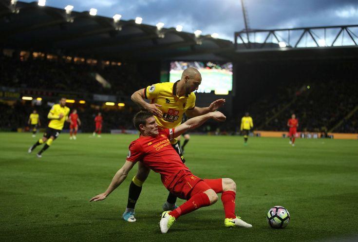 Liverpool James Milner zadrží Watford Nordin Amrabat na Vicarage Road