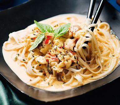 Det här kan bli hett, men det bestämmer du. Färdiga currypaster varierar i styrka, så prova dig fram. Kött från färska krabbklor kan man bytas mot krabba på burk. En smakrik nudelrätt med krämig kokosmjölk - säg hej till Thailand!