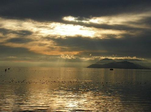 びわ湖。日が沈む前、雲間より光がさしこむ。