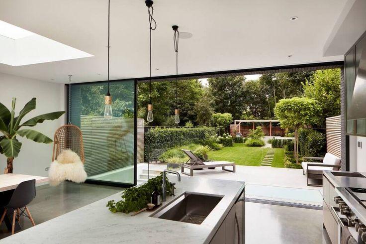 Gibt ein kleines Bild des Übergangs zwischen Wohnzimmer und Terrasse, die eine moderne
