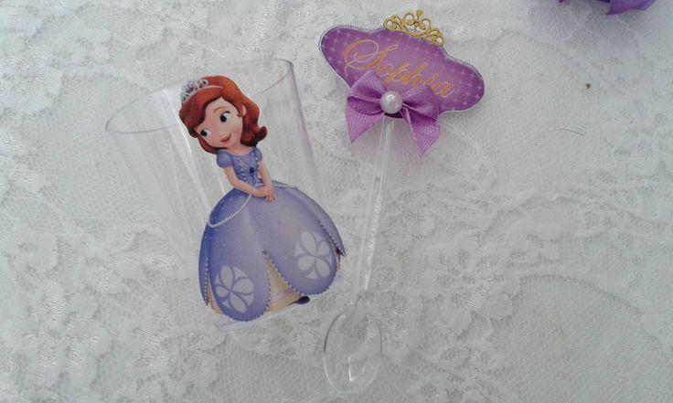 Copinho Para Doce Princesa Sofia  Copinho personalizado com a figura em relevo e a colherzinha vai personalizada com o nome; aplique de lacinho de fita e meia pérola.
