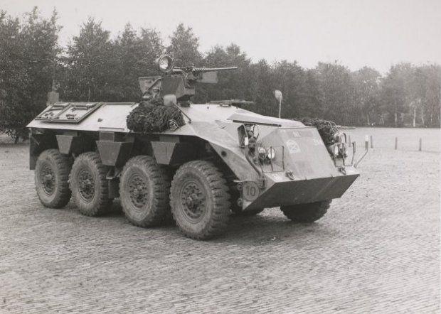 DAF YP 408 PWI-S-Gr voor het vervoer van infanteristen onder pantser.Het voertuig is uitgerust met een zware 0.50 Browning mitrailleur met zoeklicht. Begin jaren 90 uitgefaseerd.