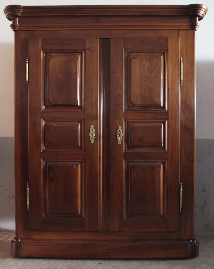 Armario bernese siglo xix en madera de nogal con dos for Puertas madera a medida