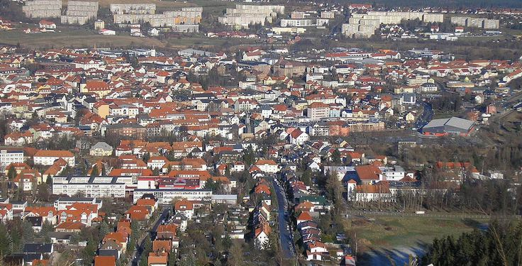 Ilmenau (Thüringen): Die Goethe- und Universitätsstadt Ilmenau liegt in Thüringen, etwa 33 Kilometer südwestlich der Landeshauptstadt Erfurt im Tal der Ilm am Nordrand des Thüringer Waldes. Sie ist die größte Stadt im Ilm-Kreis und die elftgrößte Thüringens.  Ilmenau hat für den südlichen Teil des Ilm-Kreises die Funktion eines Mittelzentrums. Sie besitzt als einzige Stadt Thüringens, die nicht auch Kreisstadt ist, den Status einer Großen kreisangehörigen Stadt. Wichtigste Institution der…