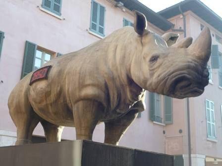 Wer in diesen Tagen ein bisschen Abwechslung vom Kitsch der Weihnachtsdekorationen braucht, kann im Moment Zuflucht an der Piazza Bruno Boni suchen. Dort ist zur Zeit ein Werk des Künstlers Stefano Bombardieri ausgestellt. Es handelt sich dabei um die lebensgroße, täuschend echte Nachbildung eines Rhinozeros.