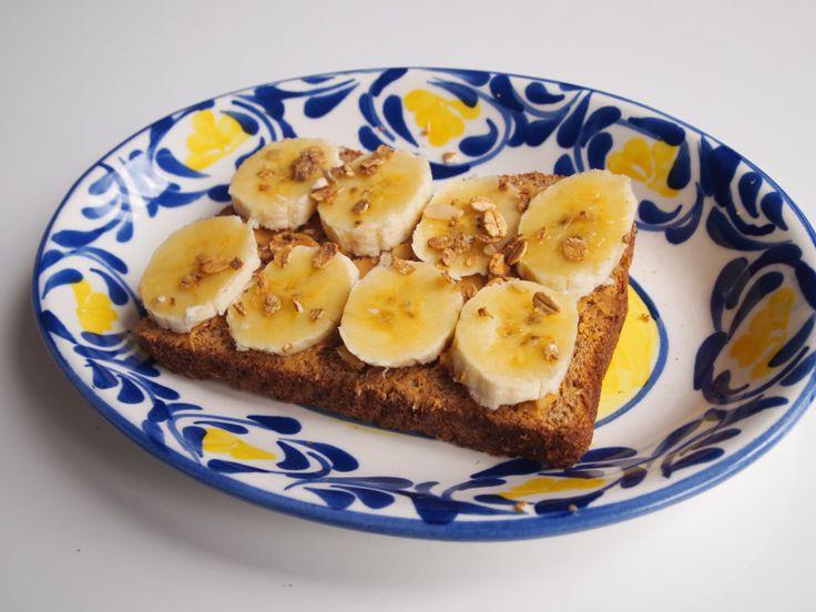 Tostadas con mantequilla de maní, banano y granola