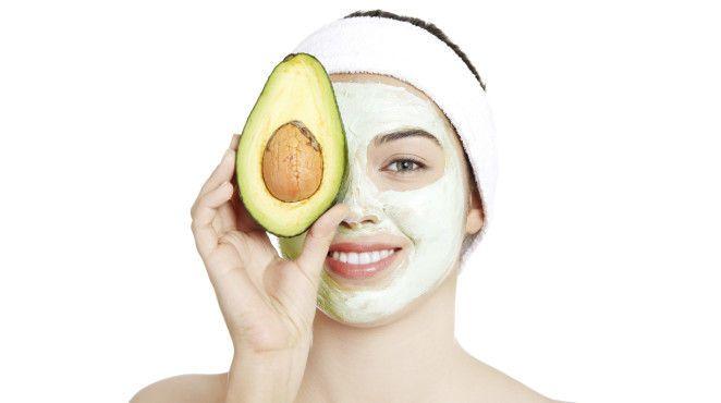 Die Avocadomaske bietet mit ihren reichhaltigen Inhaltsstoffen Pflege für trockene Haut, spendet ihr eine ordentliche Portion Feuchtigkeit und ein frisches Aussehen. Wer sich eine besonders natürliche und frische Maske wünscht, sollte sie am besten mit einem einfachen Rezept selber machen.
