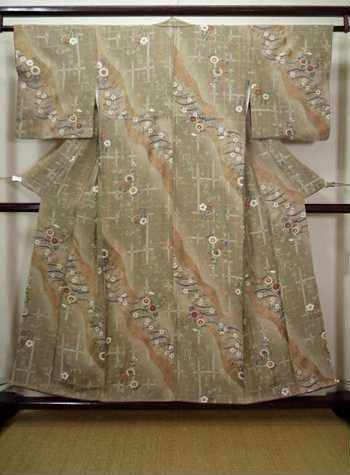 Whether you plan to wear it for a Japanese-themed party or special event, this light gray brown vintage komon kimono with floral pattern is a perfect addition to your Japanese clothing collection.