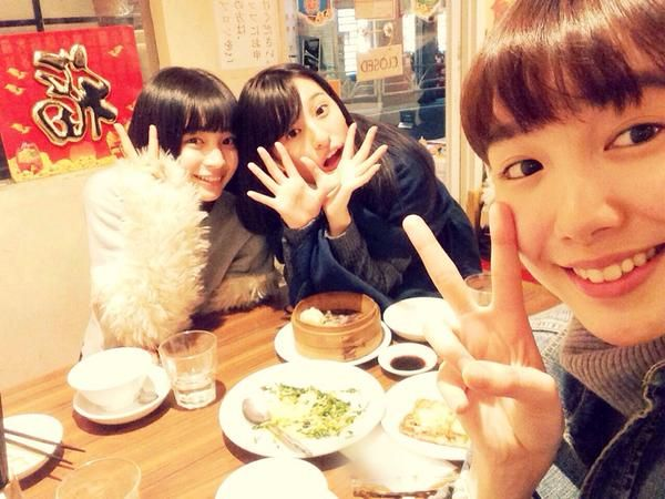 Marie Iitoyo (right) ate out for dinner with Suzu Hirose (left) to admire her great appetite, then a good friend since elementary school days, Ai Moritaka came across to join them. (Ai is a Tokkyuger member and Marie is Kyoryuger Violet. Plus, two modeled for fashion magazine nicopuchi together years ago. I think Suzu and Marie were on shooting fashion magazine Seventeen or TV series Gakkouno-Kaidan.) #girl #japan #model RT @marieiitoyo 今日は広瀬すず氏と 合流して夕ご飯を一緒にたべたよ。 見てて気持ちがいいくらい、モリモリ食べてた…
