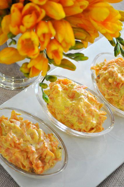 Sofralarda hem kolay, hem lezzetli hem de her türlü şık sunuma açık bir salata Havuç Tarator. Aslında havuç Yoğurtlaması olarak da bilini...