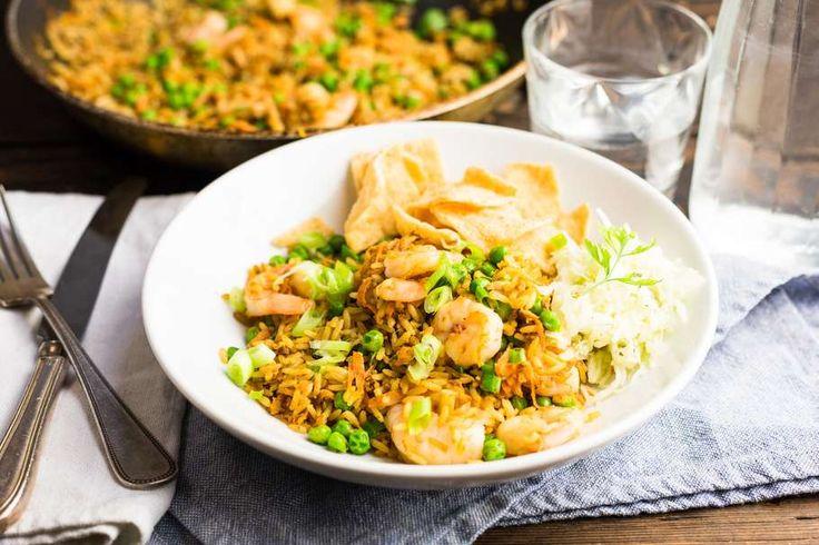 Recept voor gebakken rijst voor 4 personen. Met zout, olijfolie, peper, Gamba, rauwkost, kroepoek, doperwt, ei, ui, knoflook, bosui, sojasaus en winterpeen
