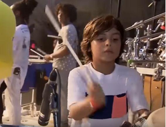 Marcelinho, filho de Ivete Sangalo, rouba cena em show da mãe