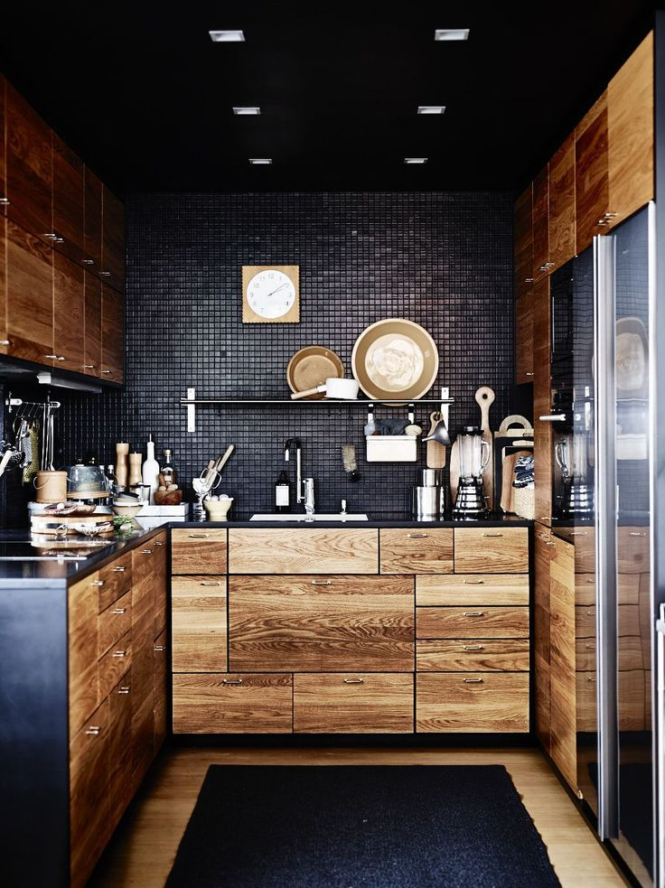 Une originale association de noir et de bois ! #kitchen #wood http://decoholic.org/2015/01/27/53-stylish-black-kitchen-designs/