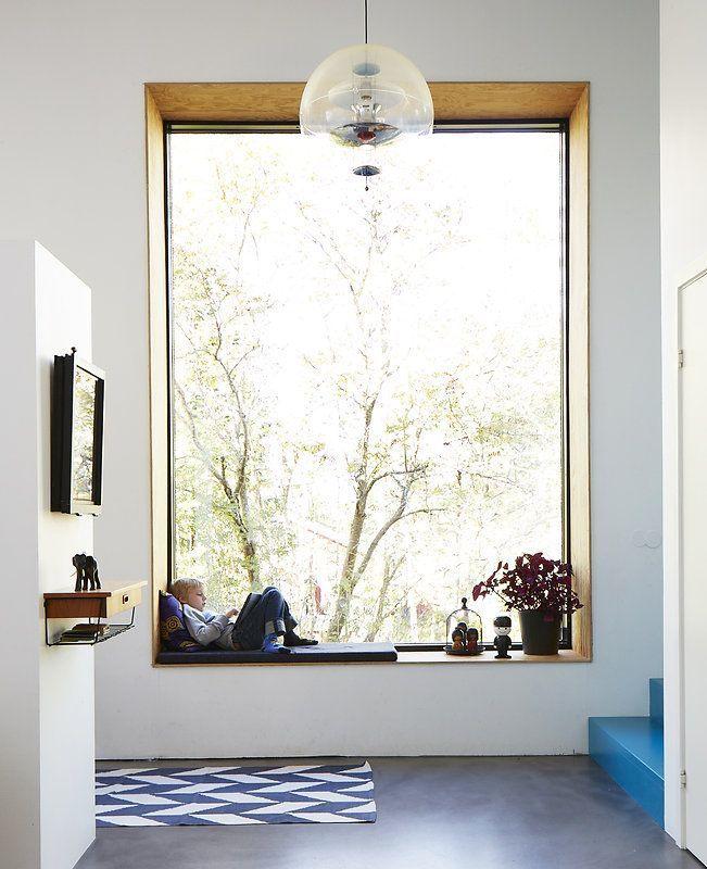 Klä insidan av en djup fönsternisch med plywood för att ge ytan en egen rumskänsla.