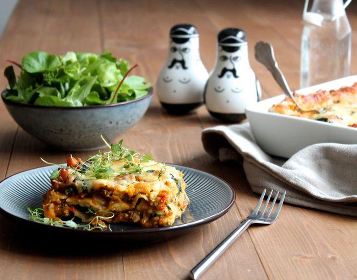 Giv den klassiske lasagne et twist af efterår med græskar! Tilsæt græskar som er med til at gøre din lasagne lækker cremet og fyldig. Servér grøn salat til