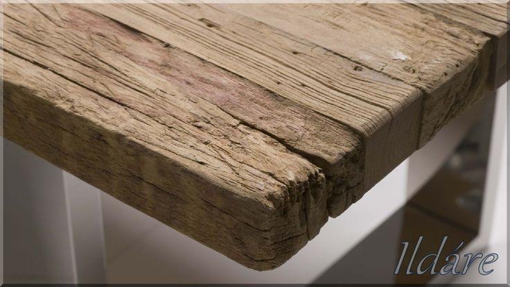 Bontott faanyagból készült egyedi asztal
