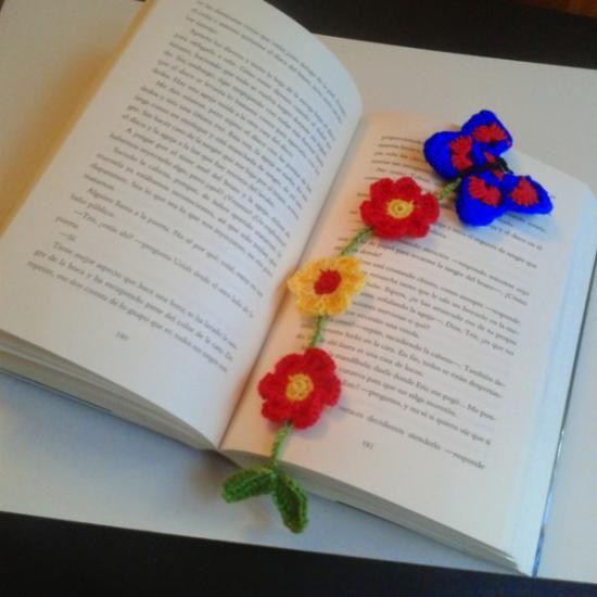 marcapagina tejido con mariposa y flores  hilo perlé crochet