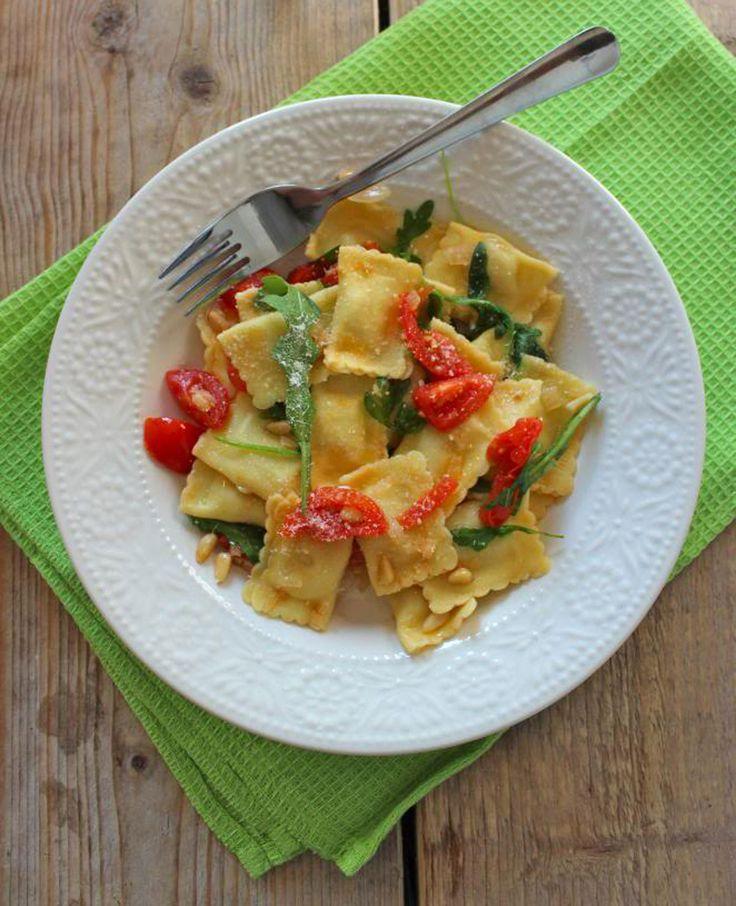 Dit lekkere pastagerecht met ravioli, rucola, ui, knoflook en tomaat, is geïnspireerd op een gerecht van de Vapiano. Het is een lekker basic en makkelijk te maken recept en ook nog eens heel snel klaar. Smakelijk! Tijd: 25 min. Recept…